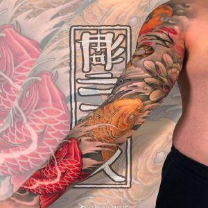 传统莲花鲤鱼花臂纹身图案