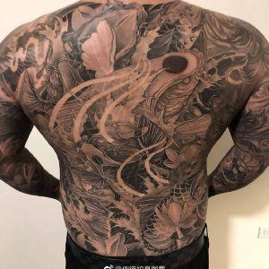 满背黑灰传统鲤鱼纹身图案