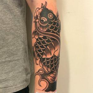 小臂传统黑色鲤鱼纹身图案