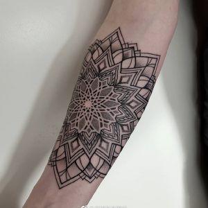 小臂黑灰简约点刺风曼陀罗图腾纹身图案