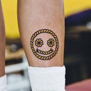 小腿小清新表情符纹身图案