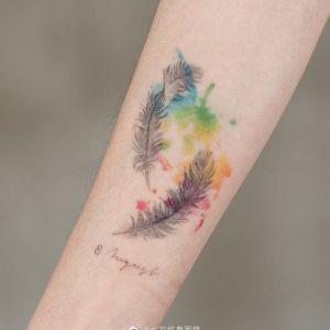 小臂水彩风羽毛纹身图案