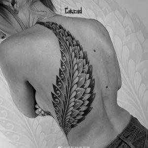 腰侧点刺风羽毛纹身图案
