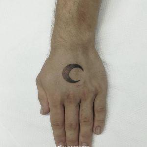 手背黑灰点刺风月亮纹身图案
