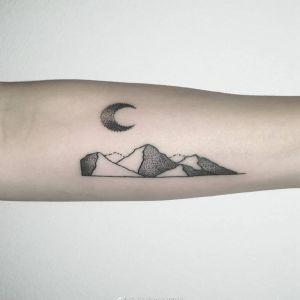 小臂点刺风月亮山峰纹身图案