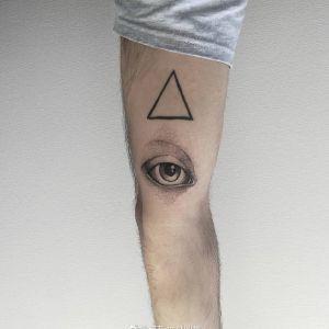 手臂点刺风眼睛纹身图案