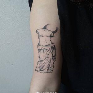 小臂黑灰点刺风维纳斯雕塑月亮纹身图案