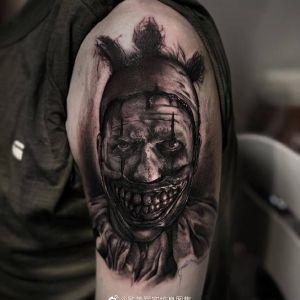 大臂暗黑风写实小丑纹身图案