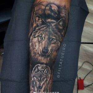 黑灰写实小臂森林狼纹身图案