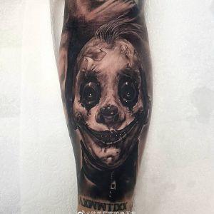 手臂暗黑风写实小丑纹身图案