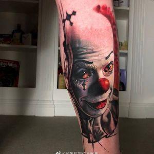 小腿彩色写实小丑纹身图案