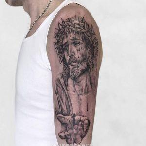 大臂黑灰写实耶稣纹身图案