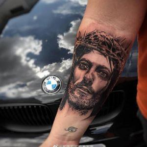 小臂黑灰写实耶稣纹身图案