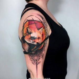 大臂写实狐狸纹身图案