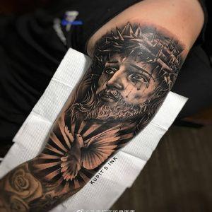 大臂欧美写实耶稣白鸽纹身图案