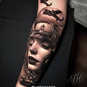 小臂欧美写实美女飞机纹身图案