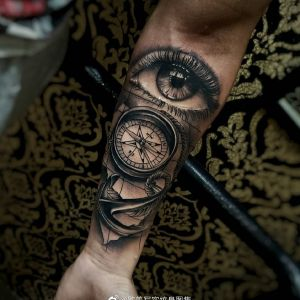 小臂欧美写实眼睛指南针船锚纹身图案