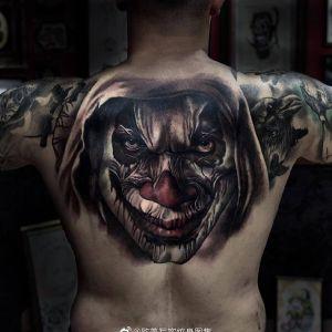 后背写实小丑纹身图案