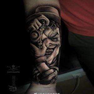 小臂欧美写实小丑纹身图案