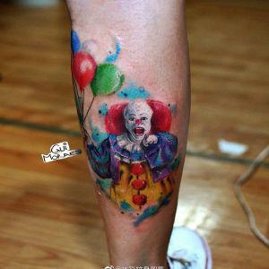 小腿水彩风小丑纹身图案
