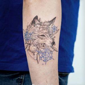 小臂小清新狼头雪花纹身图案