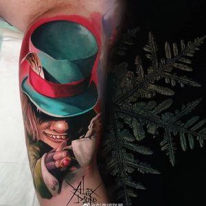 大臂彩色写实电影人物疯帽子纹身图案