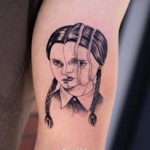 手臂黑灰风个性女孩纹身图案