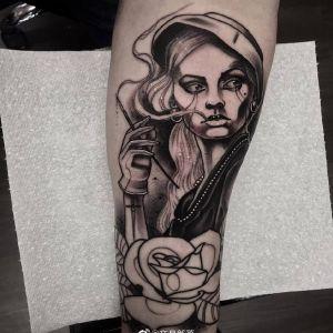 小臂黑灰风美女玫瑰纹身图案