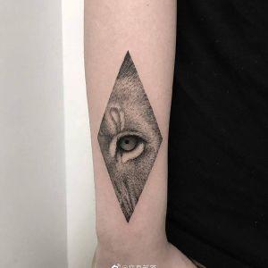 小臂几何风虎眼纹身图案