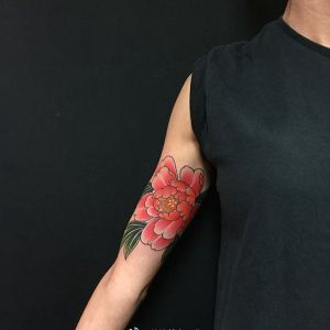 大臂传统西瓜红牡丹纹身图案