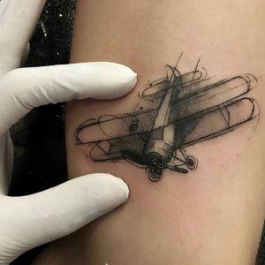 腿部小清新黑灰风飞机纹身图案