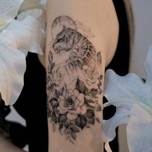 大臂小清新黑灰风牡丹花老虎纹身图案