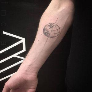 小臂点刺风黑灰风地球仪纹身图案