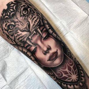 腿部点刺风黑灰风美女人物老虎纹身图案