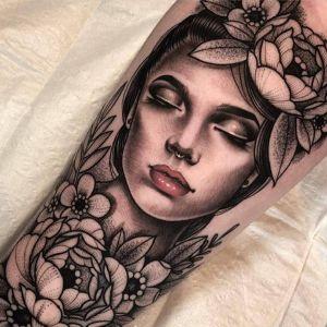 小腿点刺风黑灰风美女人物牡丹花纹身图案
