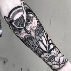 小臂点刺风黑灰风猫头鹰纹身图案