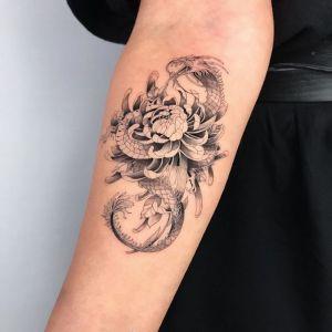 手臂小清新黑灰风菊花蛇纹身图案