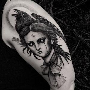 大臂点刺风黑灰风乌鸦人物纹身图案