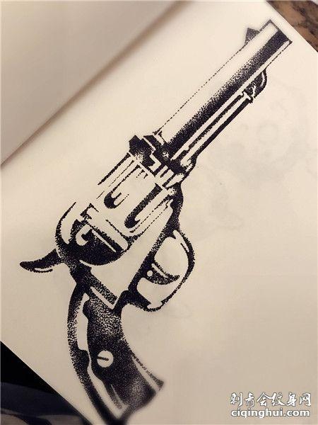 手绘左轮手枪点刺纹身手稿