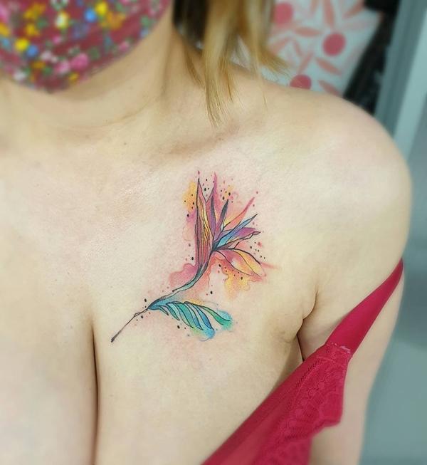 女生胸前水彩小草纹身图片