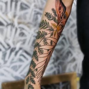 小臂树叶蝴蝶纹身图片
