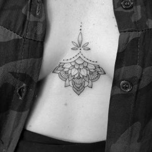 女生胸前素花纹身图片