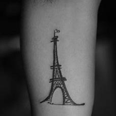 大臂内侧埃菲尔铁塔纹身图案