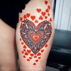 大腿爱心飞镖纹身图案
