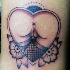 脚踝上的爱心纹身图案