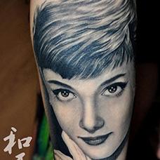 手臂奥黛丽赫本肖像纹身图片