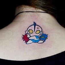 颈部后面的奥特曼纹身图案