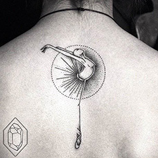 背部有创意的芭蕾舞纹身图片