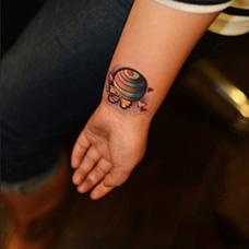 手腕可爱的棒棒糖纹身图案