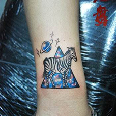 手腕斑马星空纹身图片